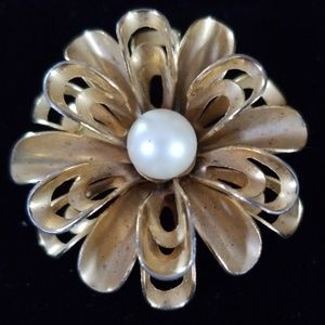Vintage Gold Tone Flower Faux Pearl Brooch Pin